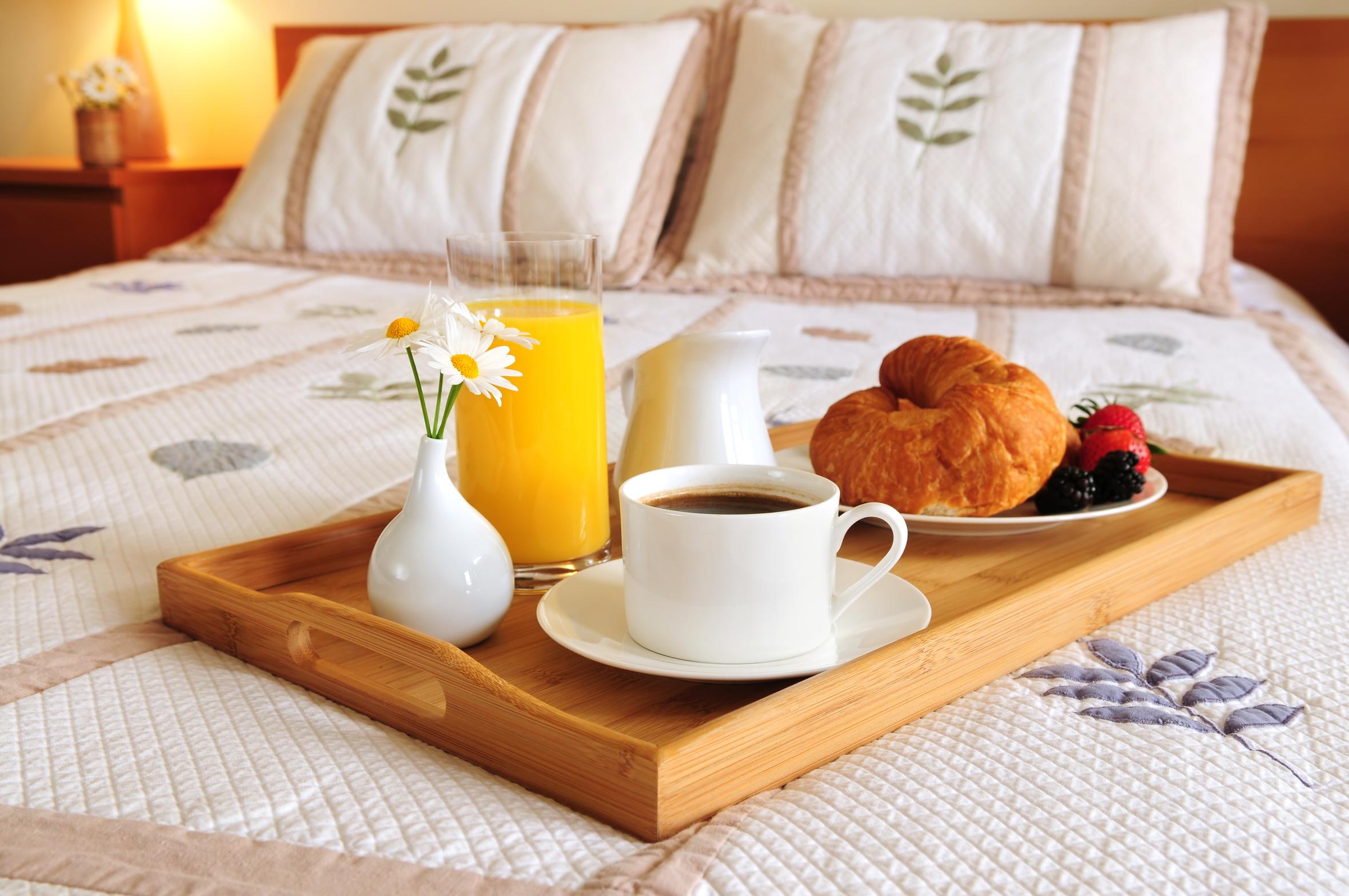 śniadanie w hotelowym pokoju